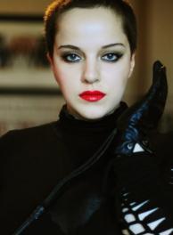 Lady Amber - dominante Lady die Schönheit und kurvige Weiblichkeit mit Strenge und Sadismus kombiniert