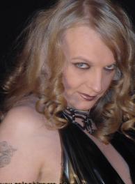 TS-Lady Tanja - Transvestiten-Domina bietet bizarre Rollenspiele im Salon Bizarre in Friedrichshain